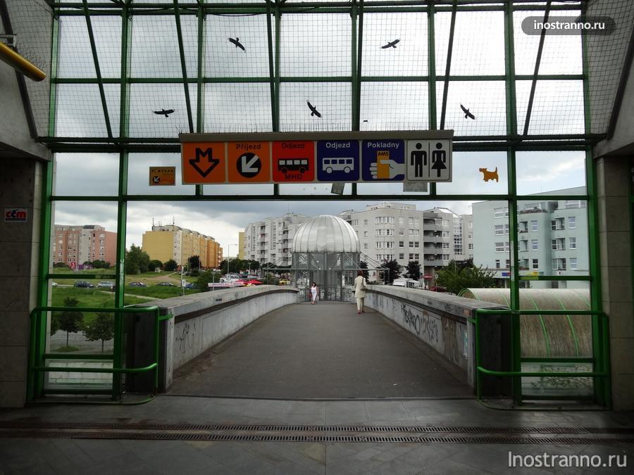 выход из станции метро в Праге