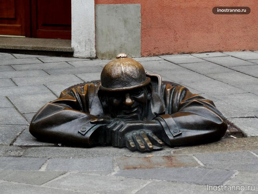 скульптура водопроводчик Cumil  в Братиславе