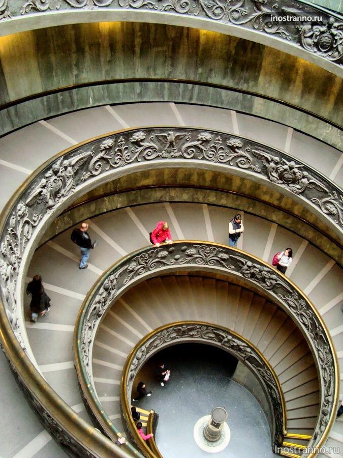 лестница в музее ватикана