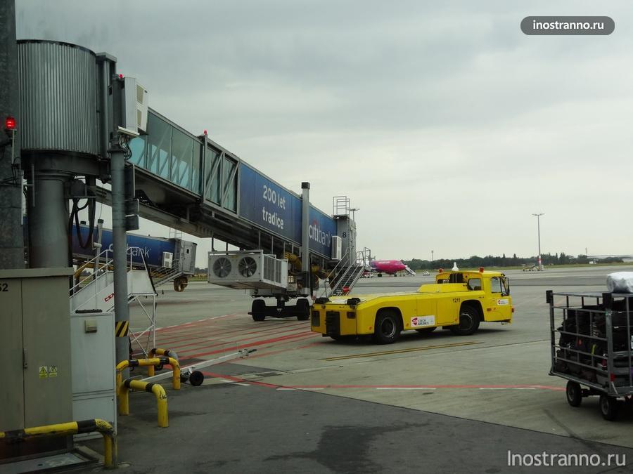 телескопический трап в аэропорту в Праге