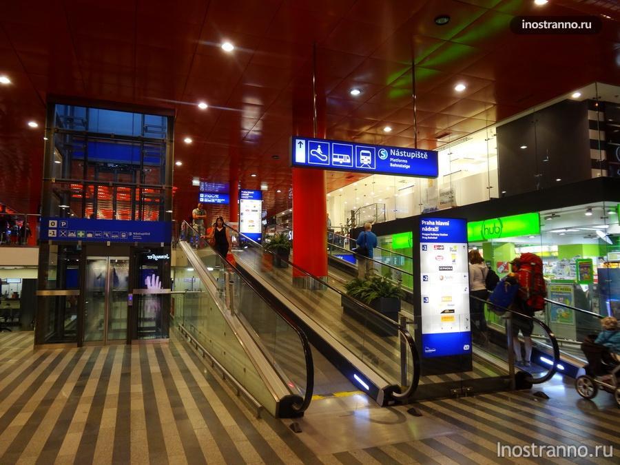 траволаторы на вокзале в Праге