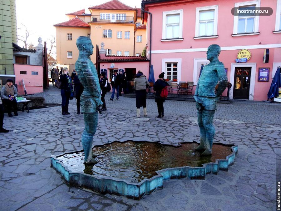 Писающие скульптуры в Праге у музея Кафки