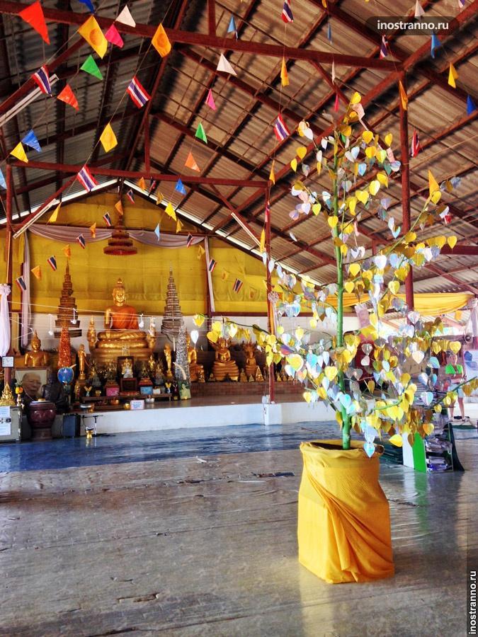 денежное дерево в храме большого будды пхукет