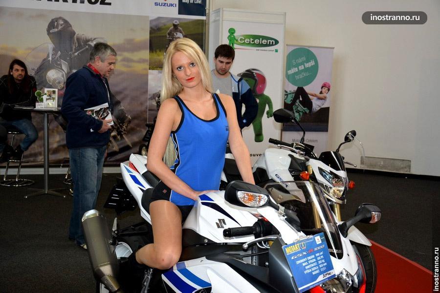 Девушка на мотоцикле на выставке
