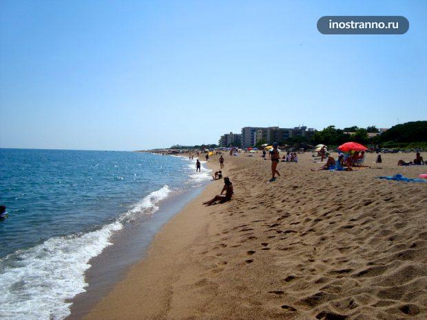 Пляж на курорте Санта-Сусанна в Испании