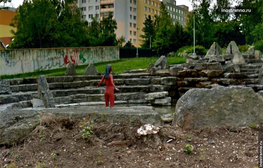Прага, Стодульки, Красная скульптура девушки