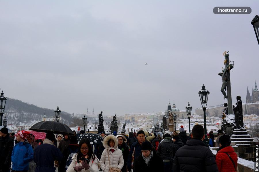 Карлов мост - толпы туристов