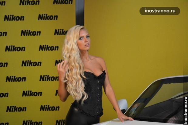 Блондинистая модель позирует на автошоу в Праге