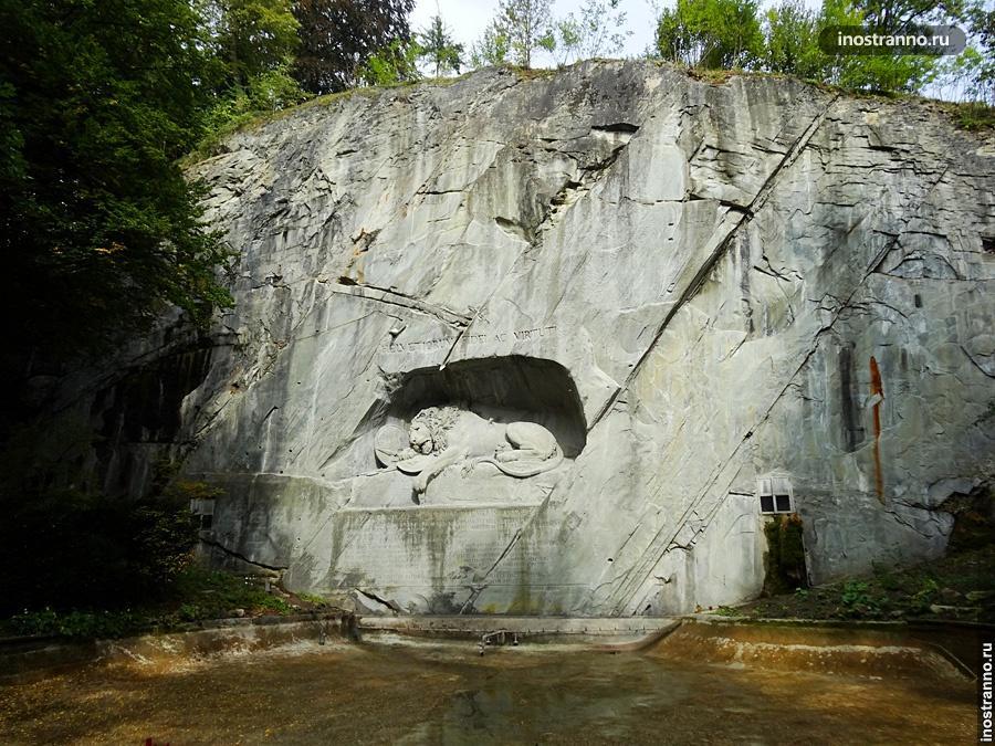 Монумент Умирающий лев