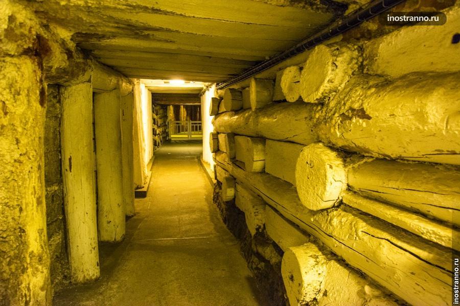 Внутри соляной пещеры Величка