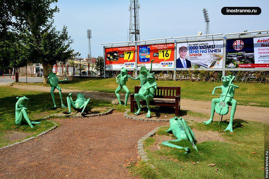 Скульптура зеленая лягушка