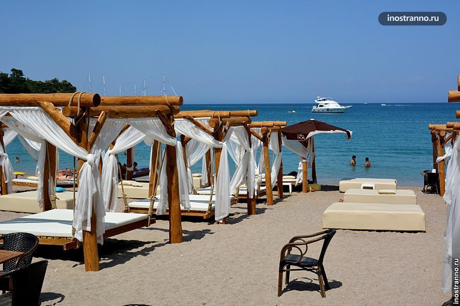 Шезлонг на пляже в Кемере