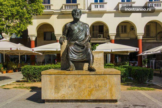 Памятник Аристотелю в Салоники