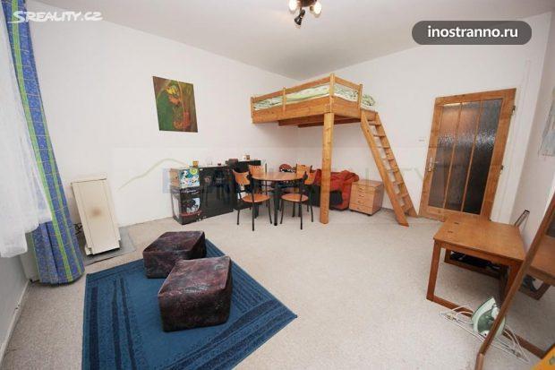 Спальня на антресоли в квартире в Праге