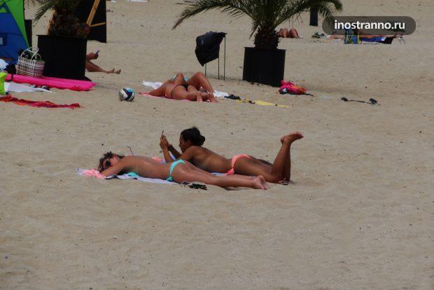Испанский пляж с голой девушкой