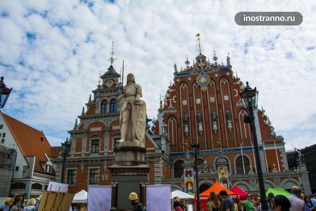 Статуя Роланда в центре Ратушной площади Риги