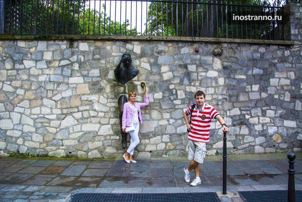 Человек, проходящий сквозь стену в Париже