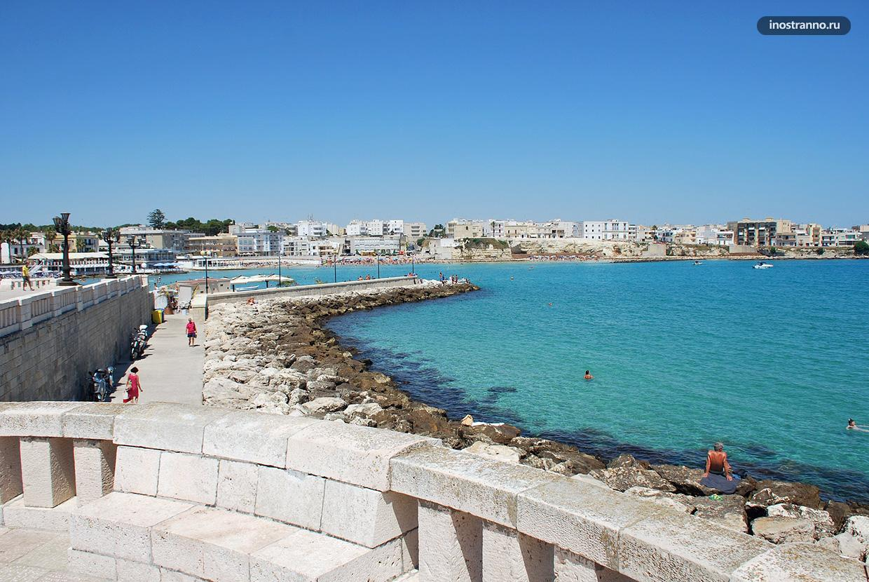 Пляж с бирюзовой водой в Отранто, Италия
