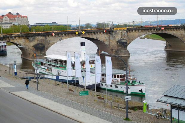 Кораблик до замка Пильниц