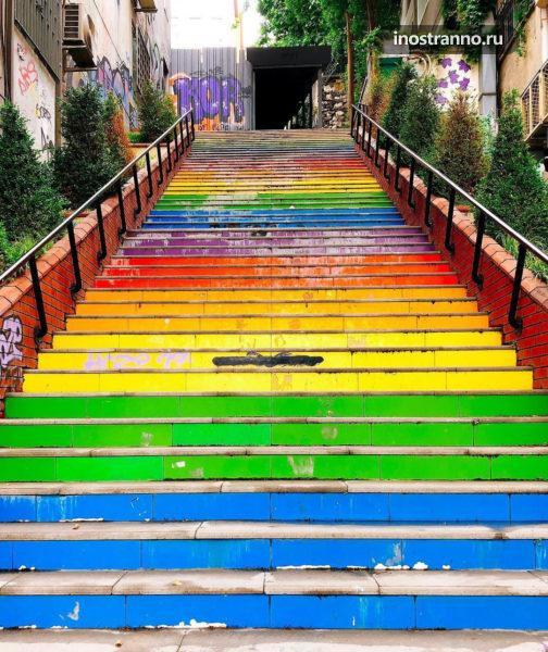 Разноцветная лестница в Стамбуле необычное место