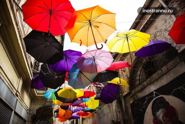 Улица с зонтиками в районе Каракей в Стамбуле
