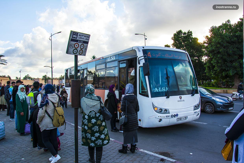 Остановка городского автобуса в Марракеше