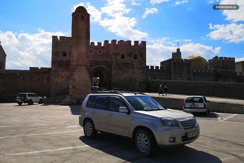 Автомобиль Nissan рядом с крепостью Рабат