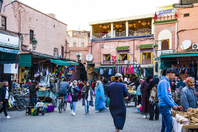 Толпы людей на улицах Марракеша