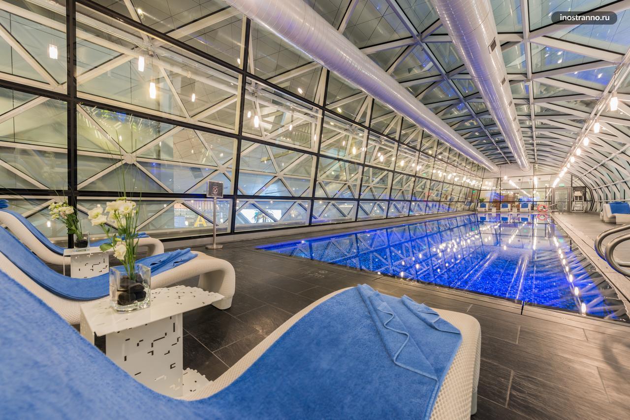 Бассейн и отель в аэропорту Дохи