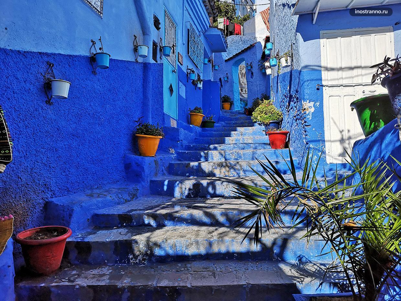 Красивая улица с лестницей