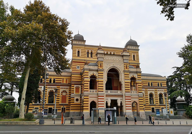 Проспект Руставели и театра оперы и балета в Тбилиси