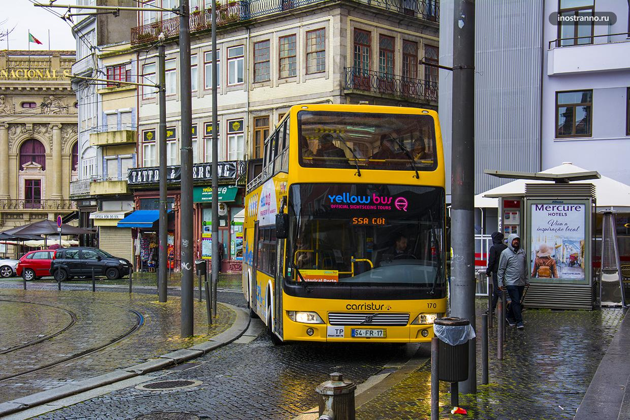 Желтый автобус Hop on в Порту