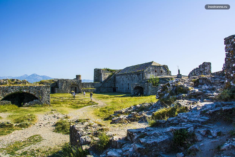 Красивый замок в Албании