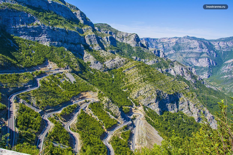Красивая горная дорога с серпантинами в Албании