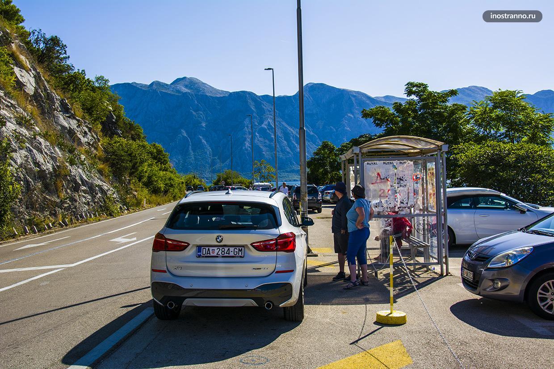 Автобусная остановка рядом с Перастом