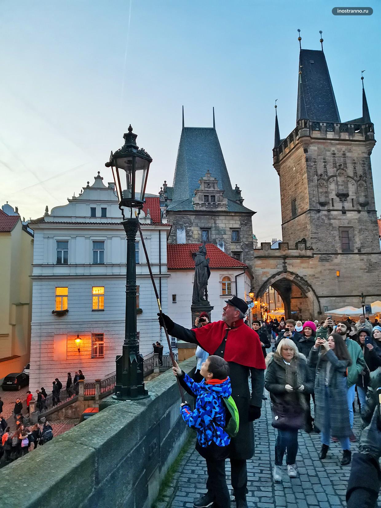 Фонарщик на Карловом мосту в Праге