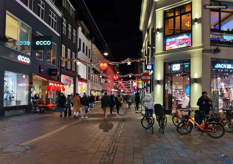 Пешеходная улица Stroget в вечернее время