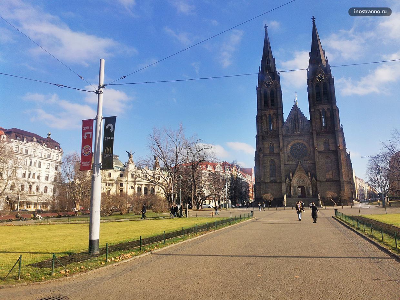 Площадь Мира и Костел Святой Людмилы