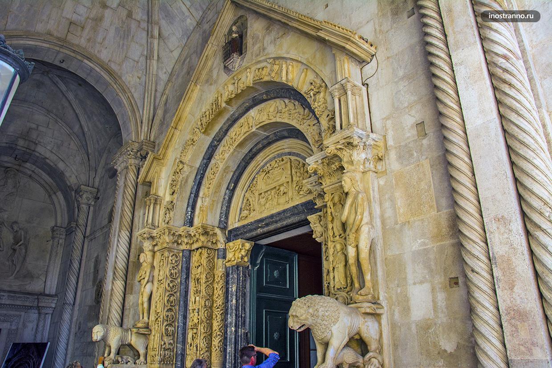 Собор Святого Лаврентия в Трогире вход