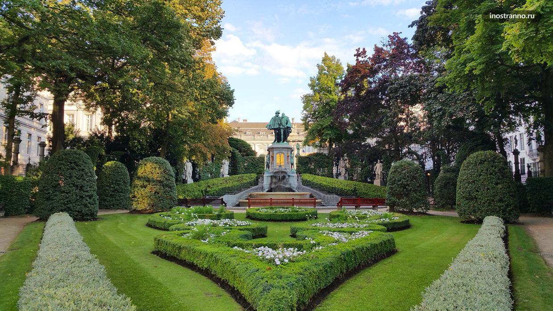 Сад и площадь Маленький Саблон в Брюсселе
