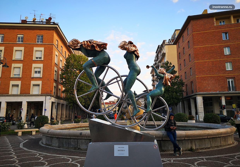 Необычная скульптура в Пизе Италия
