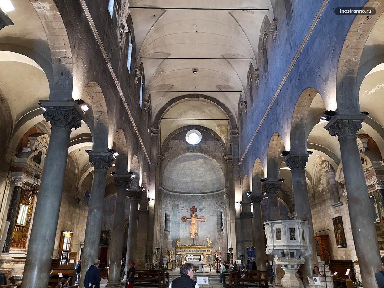 Внутри Базилики Сан-Микеле-ин-Форо
