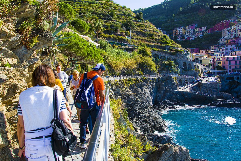 Дорога вдоль моря в Манароле Италия