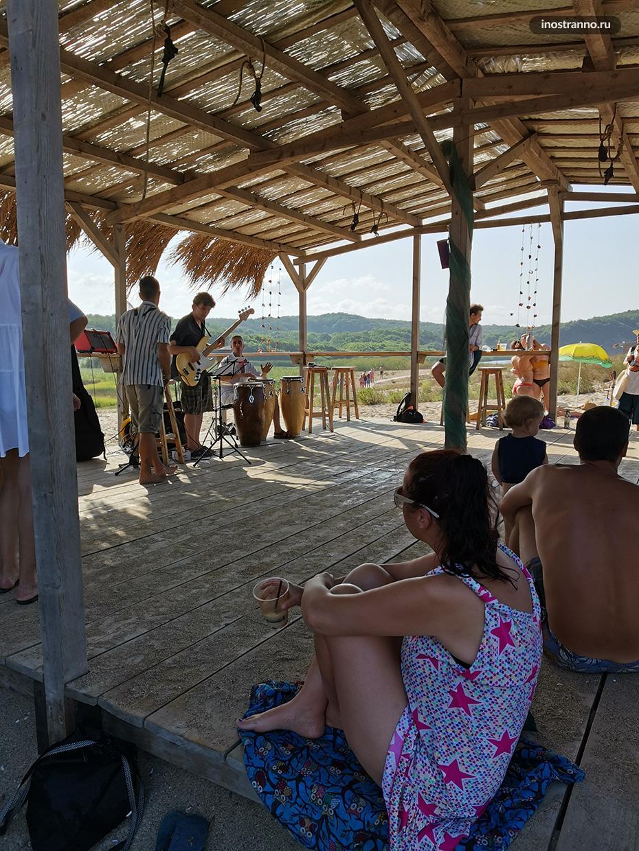 Пляжный бар с живой музыкой