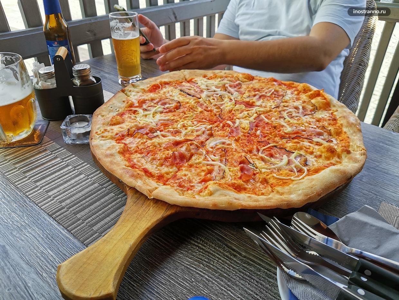 Очень большая вкусная пицца в Чехии