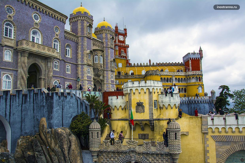 Красивый дворец Пена в Португалии