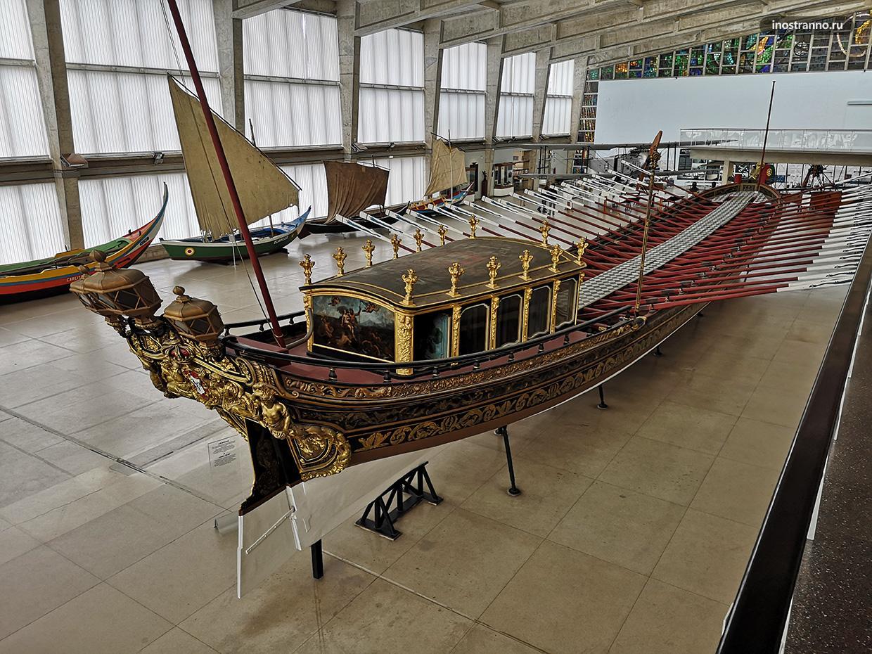 Историческая лодка в Морском музее Лиссабона