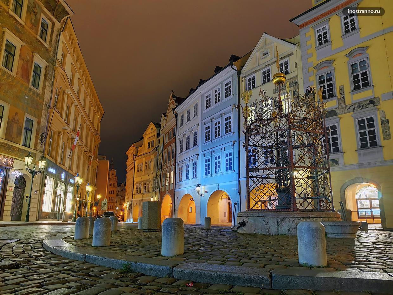 Красивая площадь в Праге в ночной подсветке
