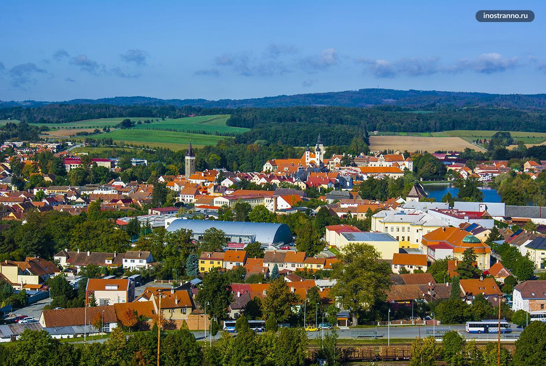 Панорама небольшого чешского города с высоты