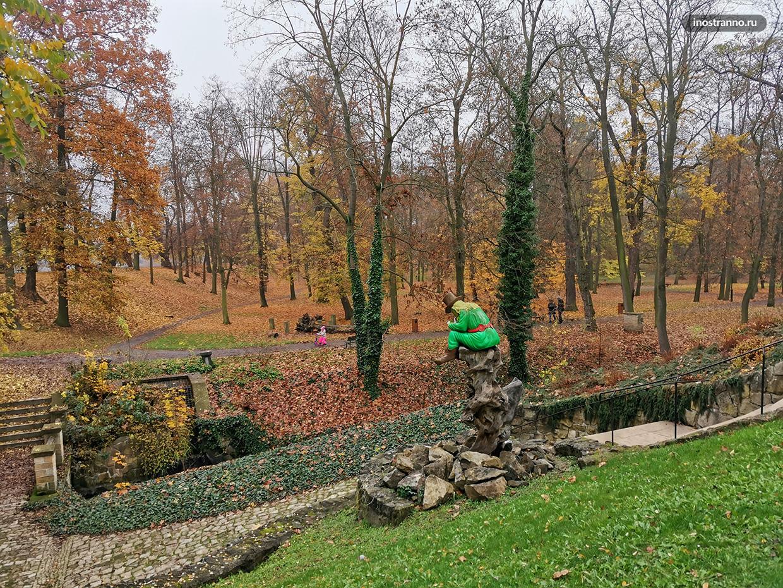 Большой тихий парк в Праге осенью